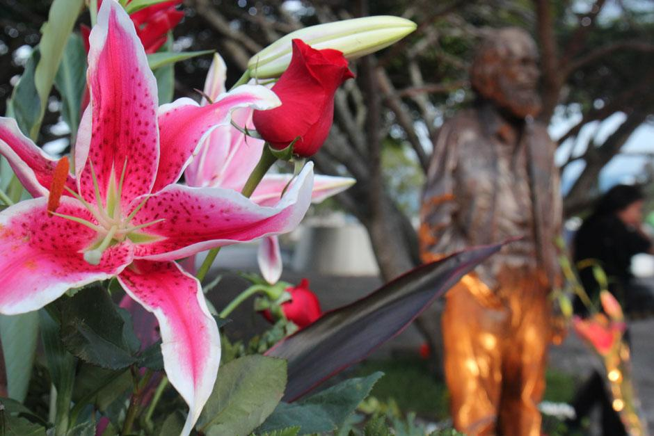 Flores frente al monumento a Efraín Recinos.