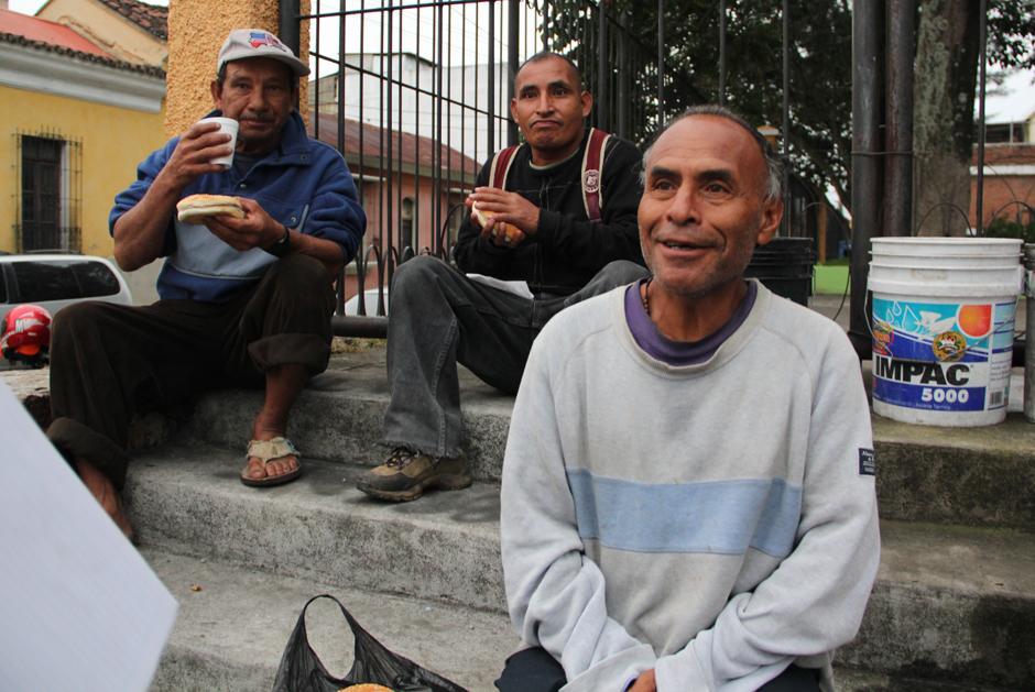"""Juan Antonio García, de 59 años, es una de las pesonas que vive en el Parque San Sebastián pues no cuenta con un hogar, y todos los sábados espera su """"panito"""". (Foto: Luis Barrios/Soy502)"""