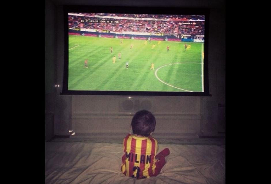 Viendo fútbol con la camisola del Barça igual que su padre Gerard.