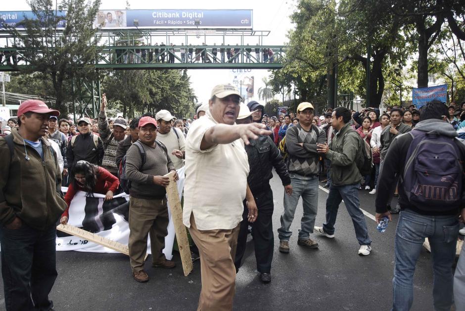En la calzada Roosvelt, se permite el paso únicamente a las ambulancias. Foto: Jesús Alfonso/Soy502
