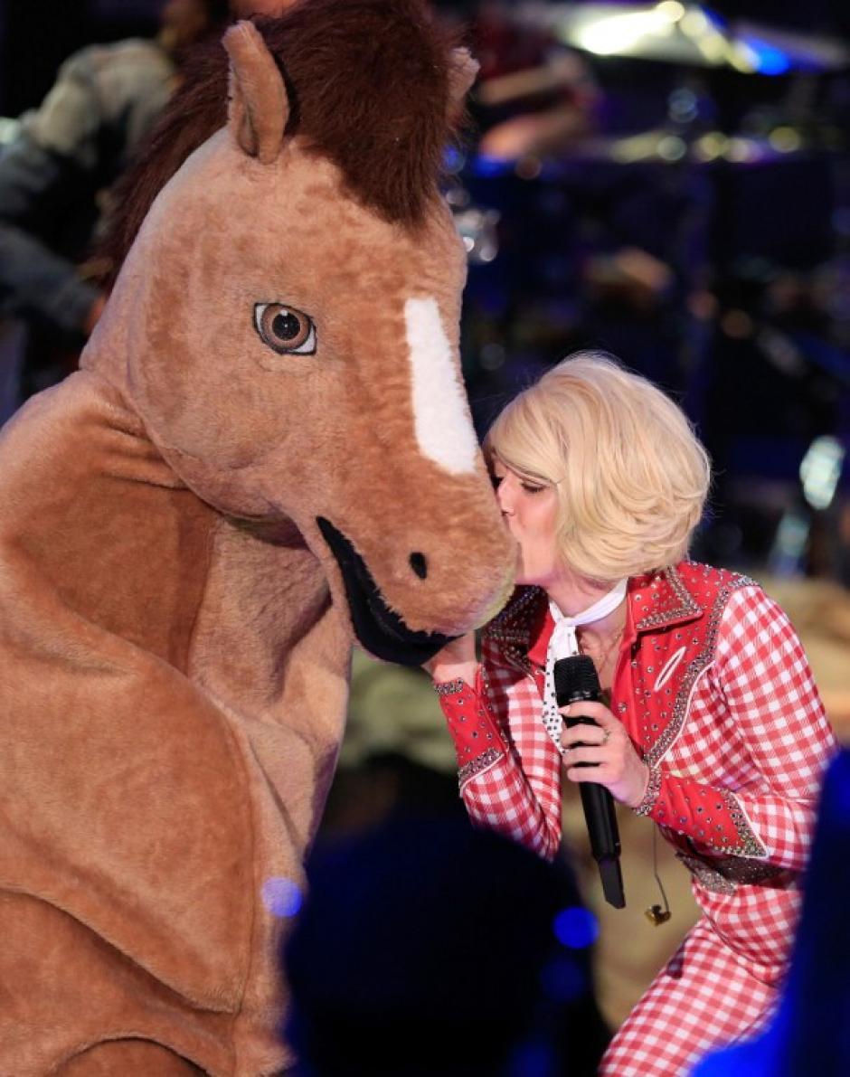 Cyrus incluyó elementos como dos hombres con un disfraz de caballo. (Foro: AFP)