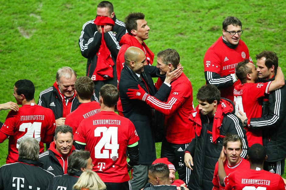 Pep celebra junto a Schweinsteiger tras finalizado el juego.