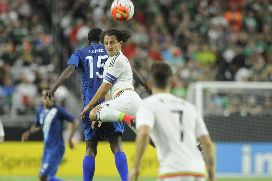 Denniss López pelea un balón aéreo ante Guardado