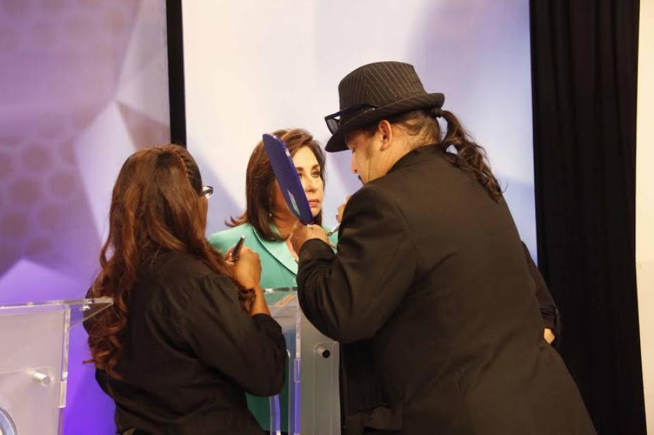 Sandra Torres y un equipo de maquillistas. (Foto: Pedro Mijangos/Soy502)