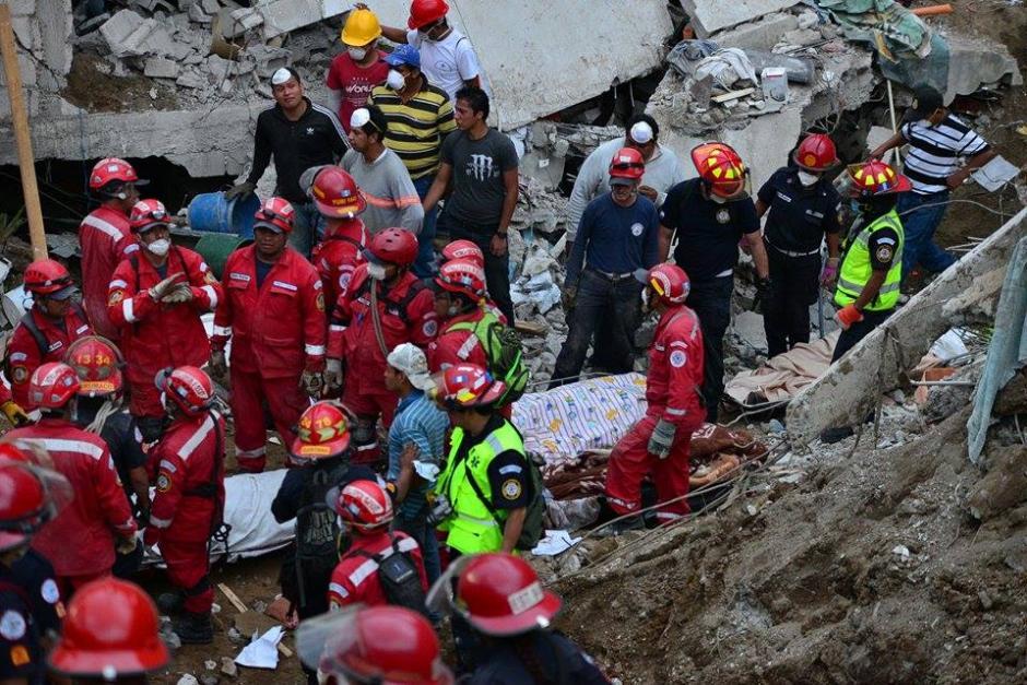 Cuerpos de socorro se organizan para poder evacuar el cuerpo de una víctima más de la tragedia. (Foto: Soy502/Wilder López)