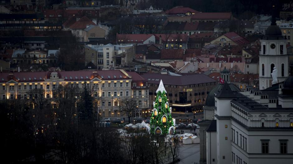 Árbol instalado en la villa navideña de la ciudad de Vilnius, en Lituania. (Foto: Infobae)