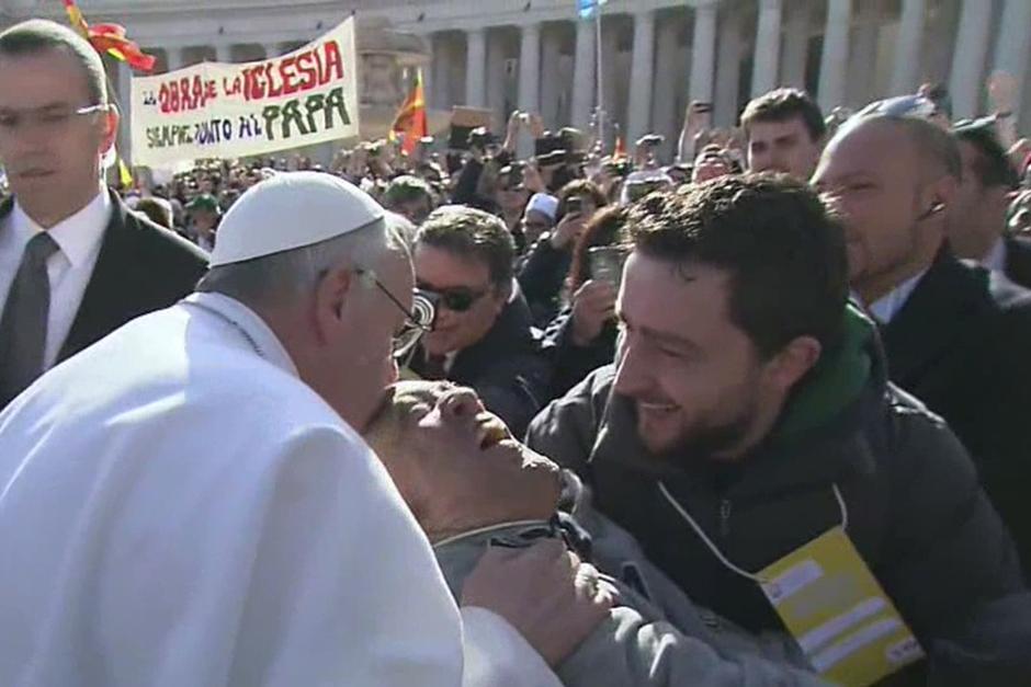 Durante sus primeros recorridos por la Plaza de San Pedro, el papa bajó del papamóvil para saludar a una persona con discapacidad.