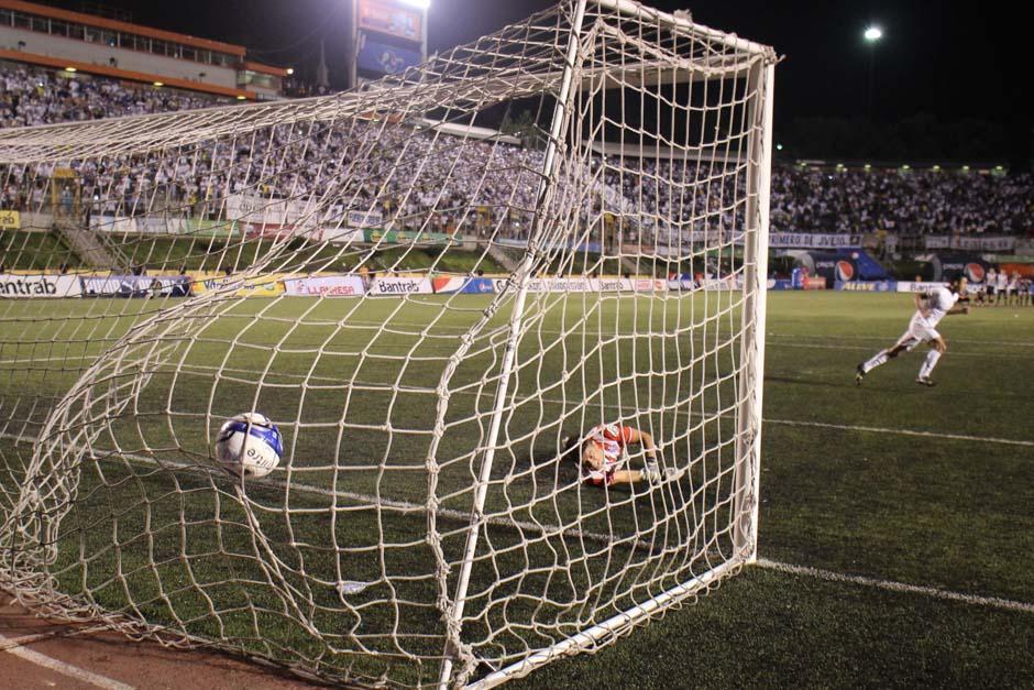 El gol del triunfo Crema, desde el tiro de penalti y ya en ronda de muerte súbita. (Foto: José Dávila/ Soy502)