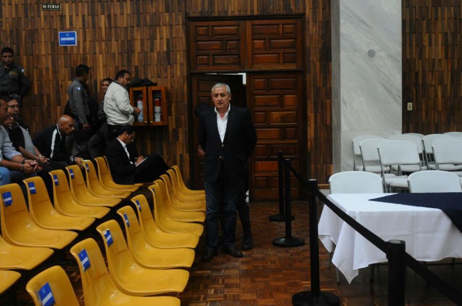 El expresidente Pérez Molina a la espera del inicio de la continuación de la audiencia.  (Foto: Alejandro Balán/Soy502)