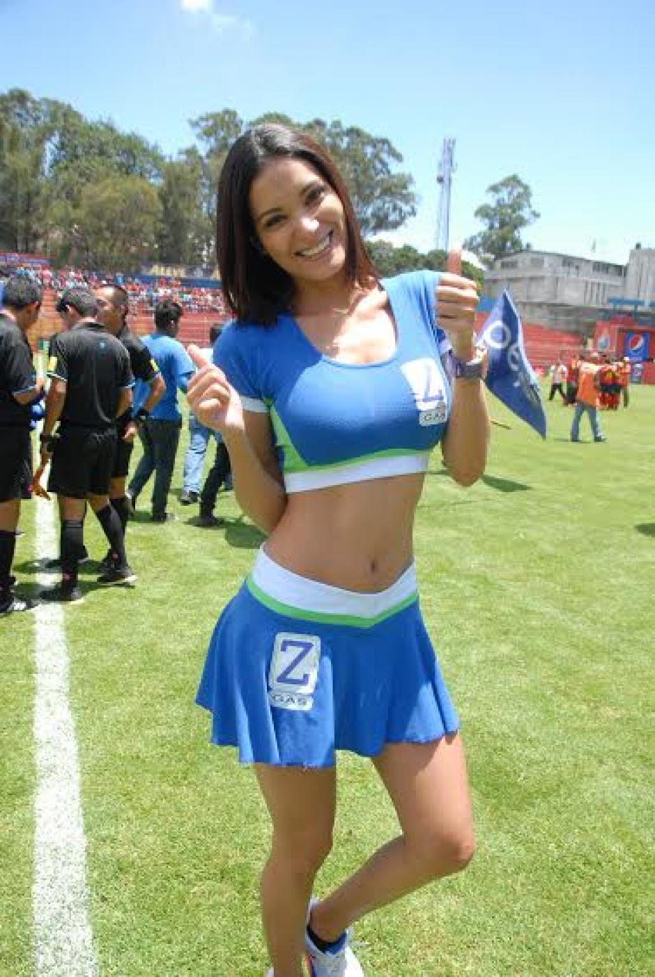 Ella fue una de las animadoras del partido en el Trébol. (Foto: Nuestro Diario)