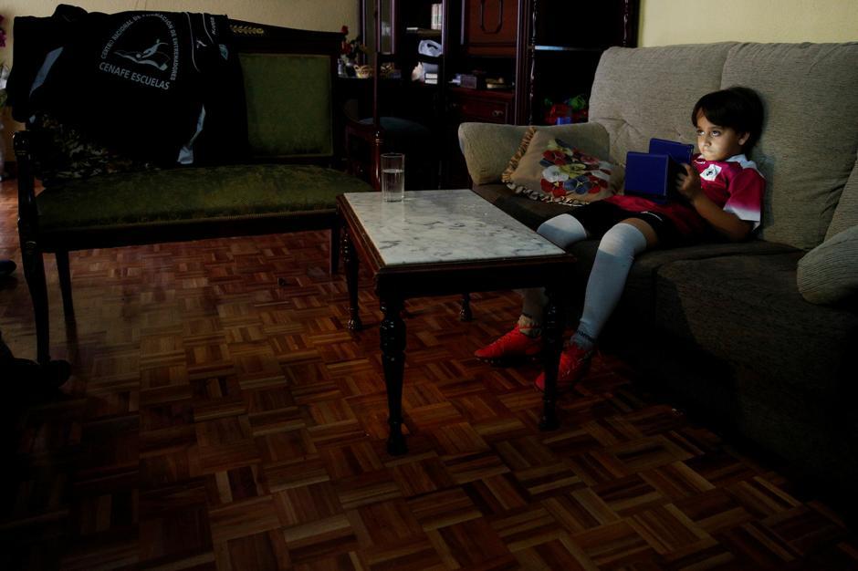 Zaid, el hijo menor de Osama Abdul Mohsen, ya instalado en su casa de Getafe, Madrid. (Foto: Infobae)