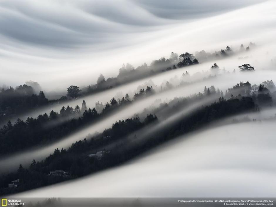 La niebla cae sobre un vecindario en Mill Valey, California. (Foto: Christopher Markisz/National Geographic)