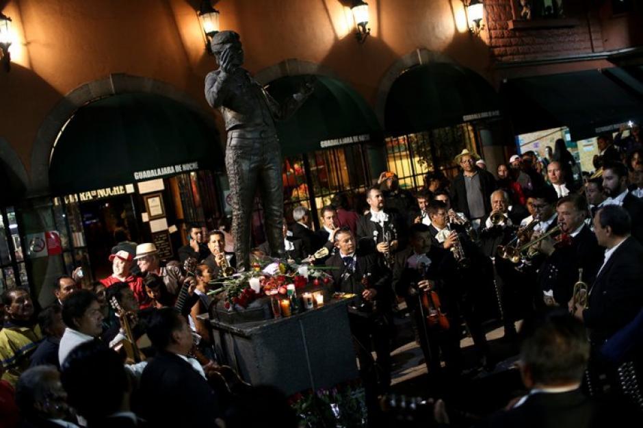 La Plaza Garibaldi se fundió en un emotivo homenaje a Juan Gabriel. (Foto: AFP)