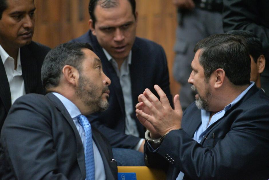 Los exministros Mauricio López Bonilla, Ulises Anzueto y Dwight Pezarrossi hablan durante audiencia. (Foto: Wilder López/Soy502)
