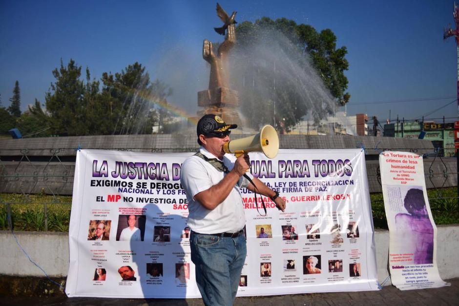 Familiares y amigos de militares retirados que fueron capturados recientemente realizan una manifestación frente a la Torre de Tribunales. (Foto: Jesús Alfonso/Soy502)