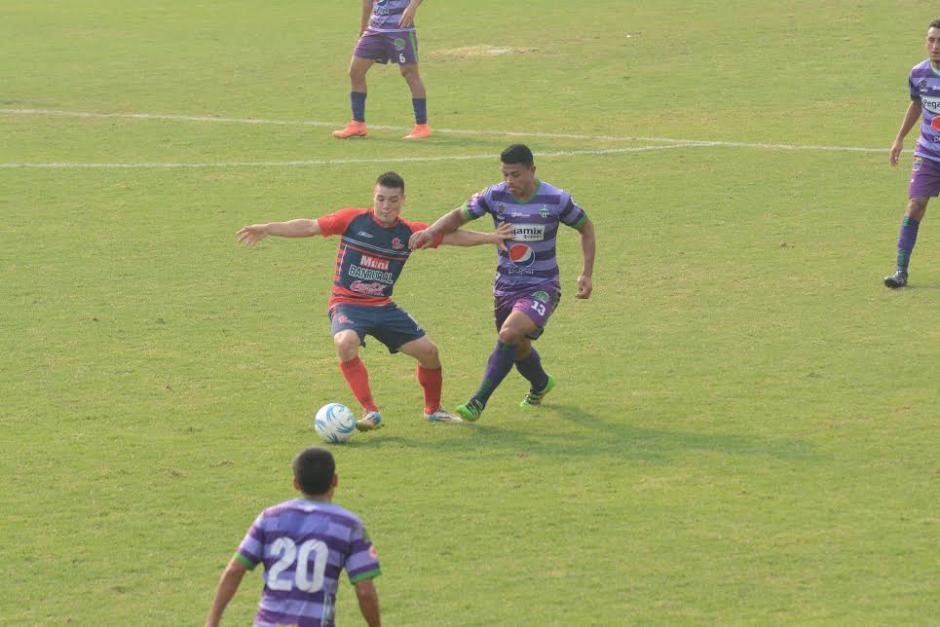 El partido fue disputado intensamente en el medio campo. (Foto: Nuestro Diario)