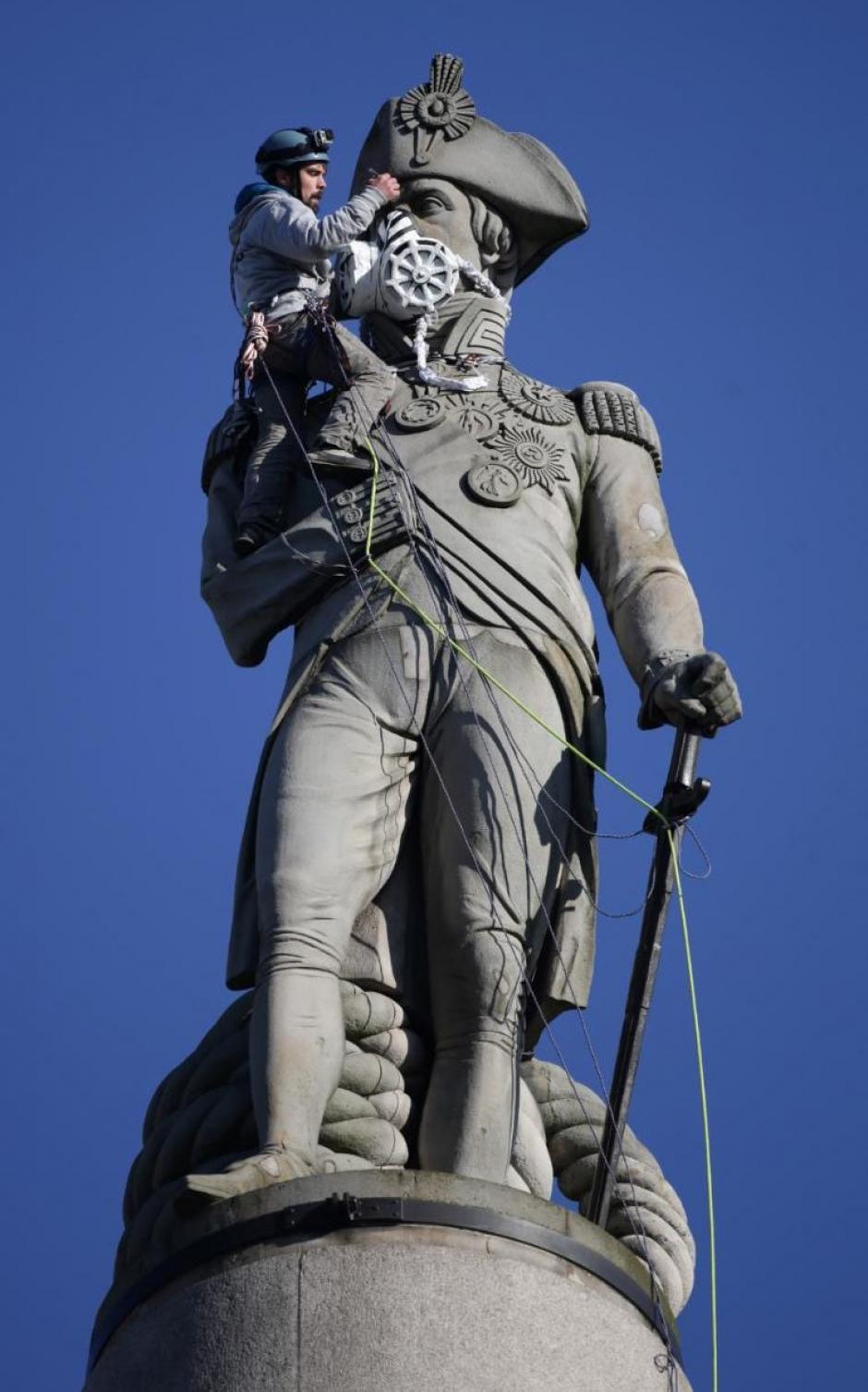 Una máscara para limpiar el aire fue colocada sobre la estatua de Lord Nelson, esto como parte de las actividades de Greenpeace. (Foto: Leon Neal/AFP)