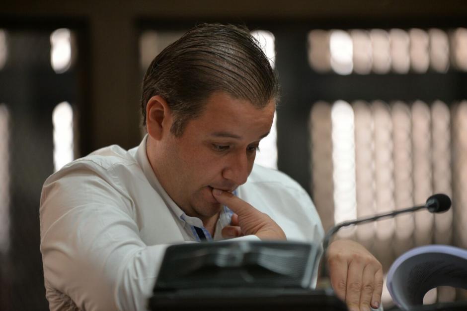 Roberto Barreda lee los documentos que su defensa presentará en la audiencia de ofrecimiento de pruebas. (Foto: Wilder López/Soy502)