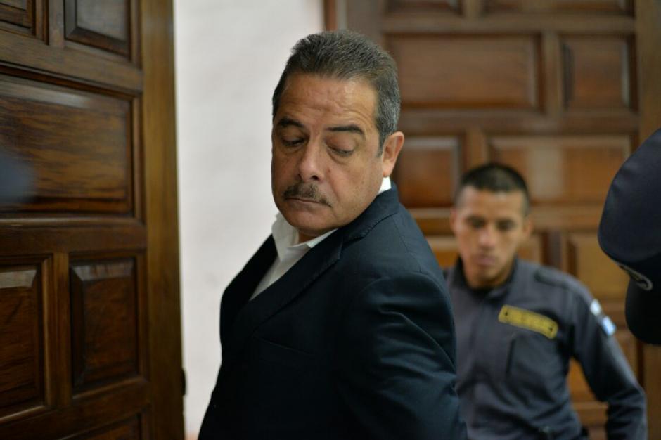 El expresidente de Banrural, Fernando Peña es revisado a su ingreso a la Sala de Vistas. (Foto: Wilder López/Soy502)
