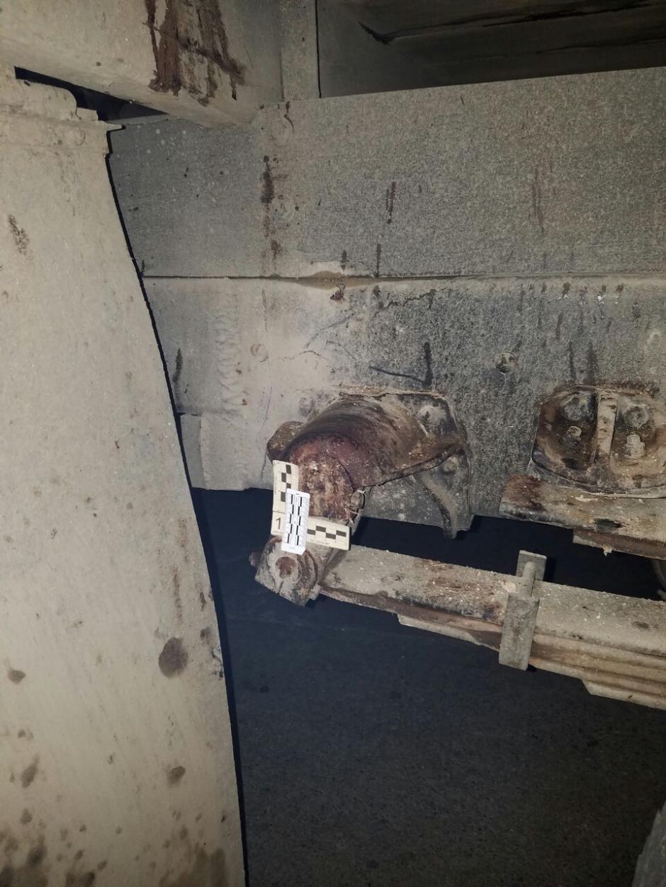 Manchas de sangre de la víctima quedaron en la estructura del camión. (Foto: PNC)