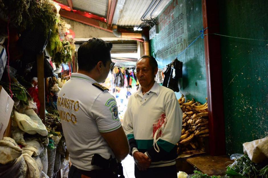 Neto Bran conversó con los vendedores del lugar. (Foto: Municipalidad de Mixco)