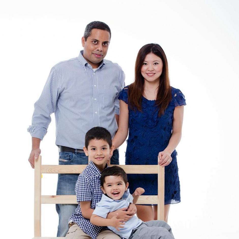 Muktesh Mukherjee y su esposa Xiaomo Bai viajaban también en el vuelo. Habían estado de vacaciones en Vietnam mientrs sus pequeños hijos quedaron al cuidado de familiares en Pekín. (Foto: Muktesh Mukherjee/Facebook)