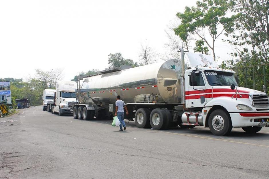 Cientos de transportistas se vieron afectados por el bloqueo en el crucero de la Virgen en Pajapita, San Marcos. (Foto: Margory Barrios/ Nuestro Diario)