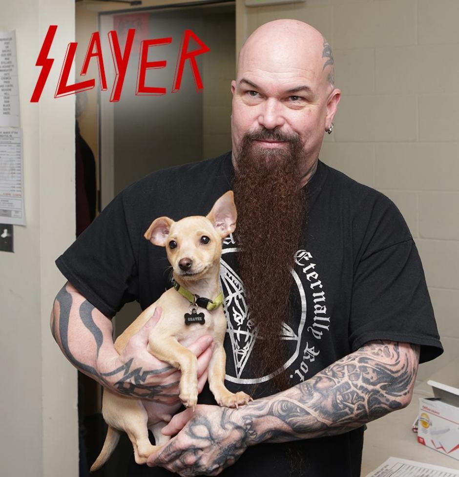 """Kerry King posa con un perrito llamado """"Slayer"""". (Foto: Motley Zoo Animal Rescue)"""