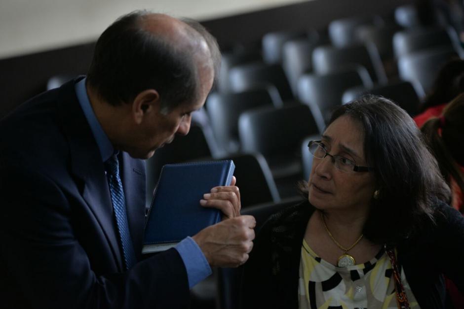 Norma Cruz y el padre de Cristina Sievaizza conversan en un receso de la audiencia de ofrecimiento de pruebas. (Foto: Wilder López/Soy502)