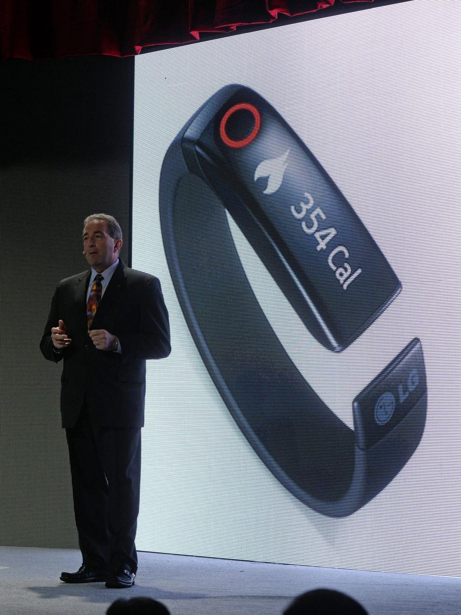 El de entretenimiento en casa de LG, Tim Alessi, presenta el dispositivo Lifeband Touch. (Foto: EFE/Michael Nelson)