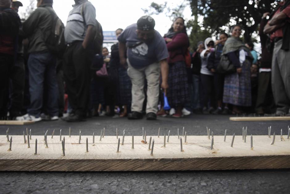 Clavos sujetados a una tabla fueron colocados en la calzada Roosvelt como parte de la estrategia para evitar el paso de vehículos. Foto: Jesús Alfonso/Soy502