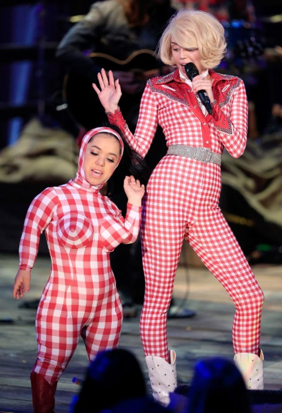 Cyrus también incluye elementos de sus más recientes espectáculos como una persona pequeña y una mujer gigante. (Foto: AFP)