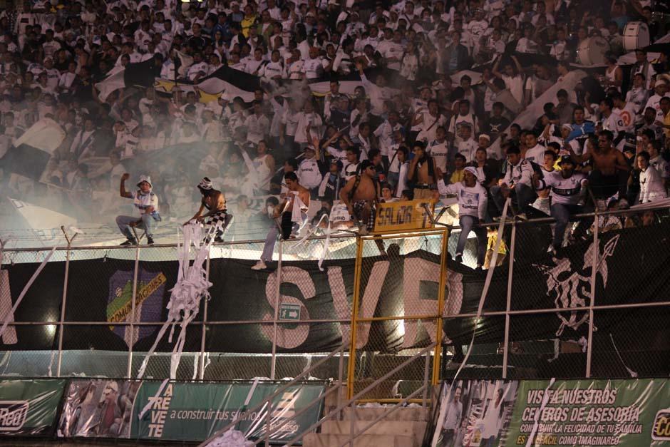 Comunicaciones pasó del sufrimiento a la euforia y vió cómo su equipo remontó el marcador para obligar a tiempos extras. (Foto: José Dávila/Soy502)