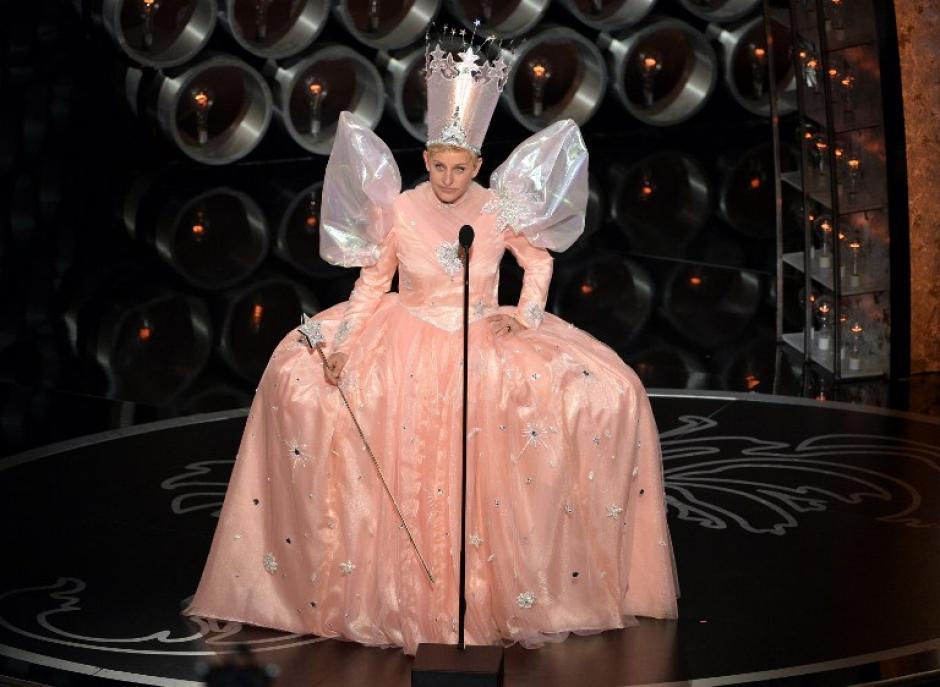 Como si eso fuera poco, la presentadora hizo una aparición triunfal vestida de hada madrina rosa y cuando se la vio con el vestido con tutú la tribuna estalló en risas. (Foto: AFP)