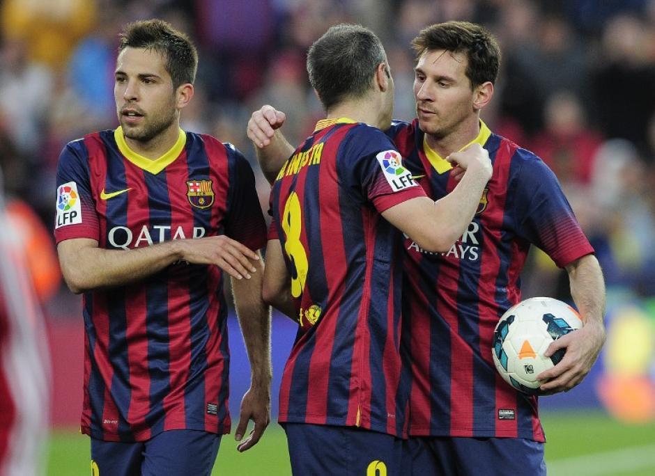Messi se quedó con uno de los balones del juego en el que escribió su nombre como el máximo goleador histórico del Barcelona. (Foto: AFP)