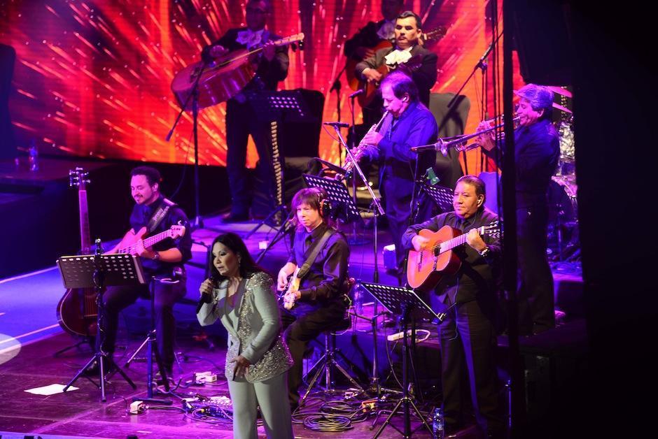 """La autora de """"Simplemente Amigos"""" se hizo acompañar por músicos de talento incomparable. (Foto: Jesús Alfonso/Soy502)"""