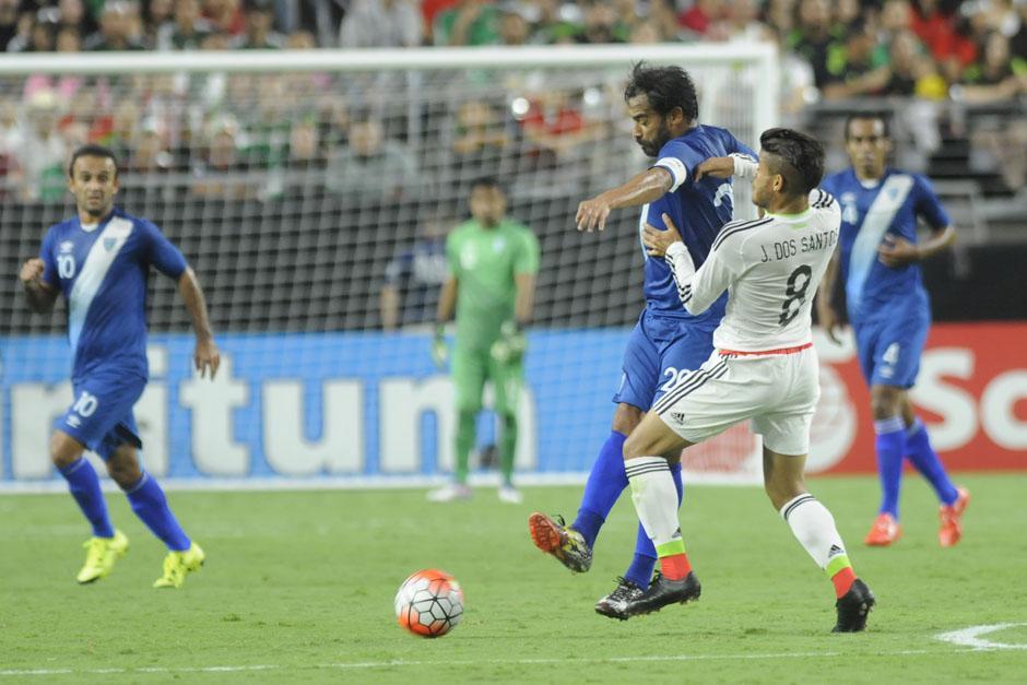 Carlos Ruiz peleando un balón ante Dos Santos