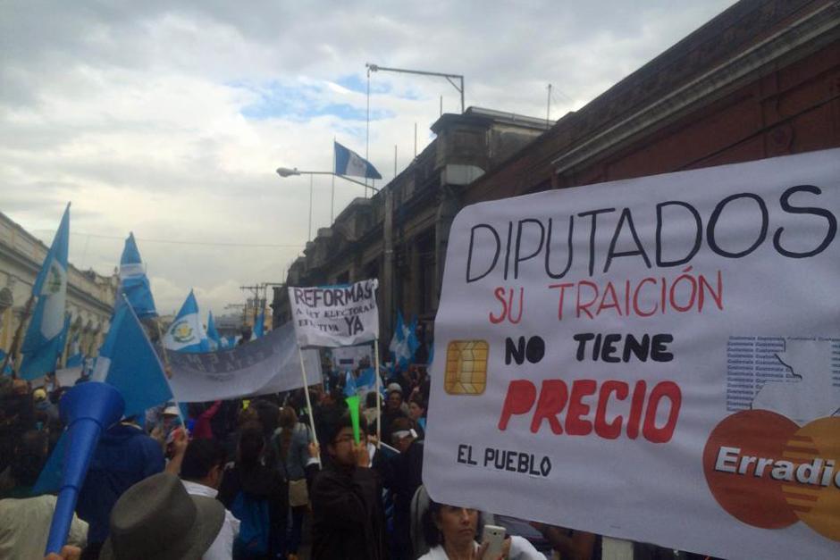 Los diputados fueron el blanco de la mayoría de las protestas y consignas de los manifestantes del 15A. (Foto: Luis Barrios/Soy502)