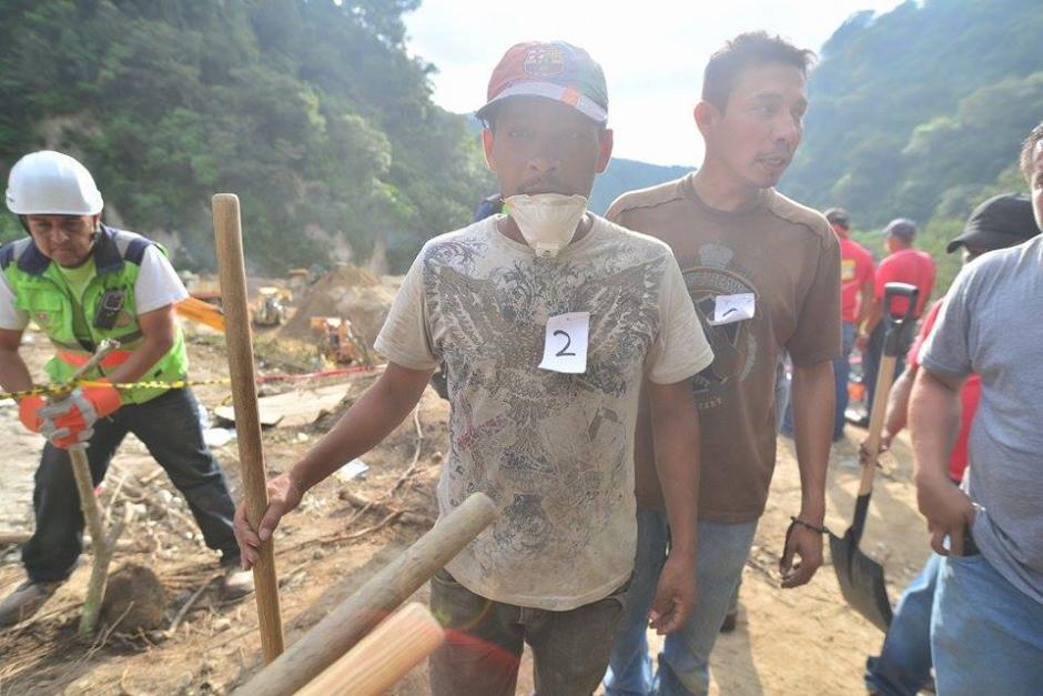 Los voluntarios son organizados e identificados por número para formar grupos de apoyo en las excavaciones.(Foto: Soy502/Wilder López)