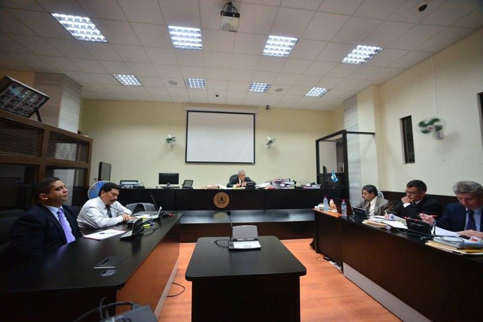 Vista de la sala de audiencias. A la derecha los Fiscales del Ministerio Público, a la izquierda, Juan Carlos Monzón y su abogado Francisco García Gudiel (derecha).(Foto: Soy502/Wilder López)