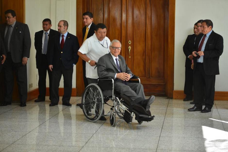 El presidente Alejandro Maldonado Aguirre continúa haciendo uso de la silla de ruedas, luego de ser operado de la rodilla en septiembre pasado. (Foto: Jesús Alfonso/Soy502)