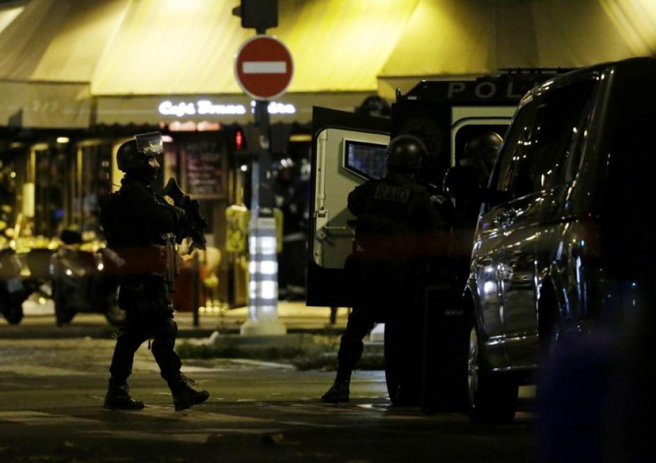 Policías resguardan los alrededores del teatro Bataclan, donde un grupo terrorista retiene una cantidad no determinada de rehenes. (Foto: AFP)