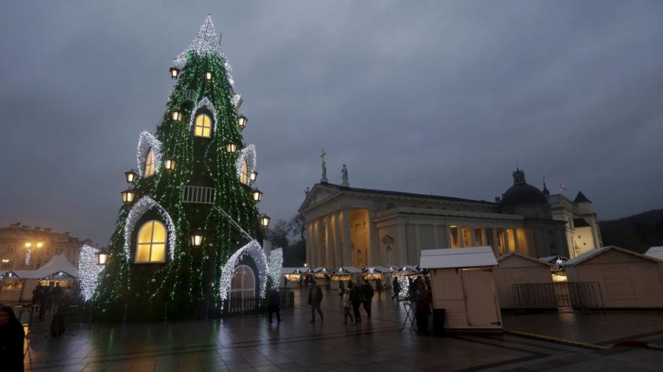 Árbol instalado en la villa navideña frente a la plaza de la Catedral de Vilnius, Lituania. (Foto: Infobae)
