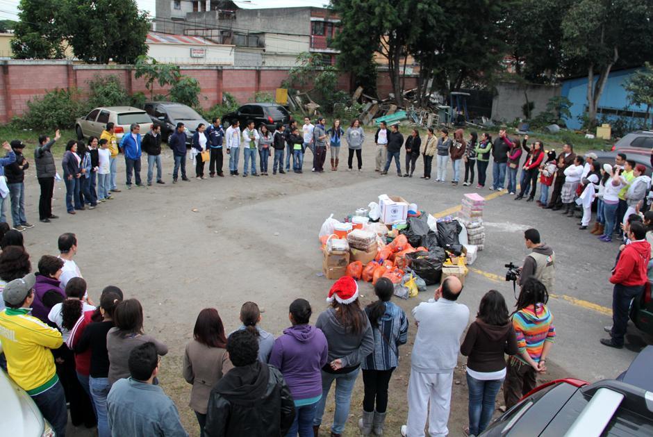 Al final de la actividad los voluntarios comparten sus experiencias con el resto del grupo, y la satisfacción de una semana más de misión cumplida.(Foto: Luis Barrios/Soy502)