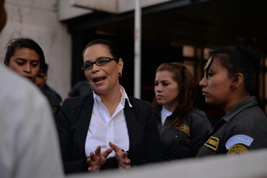 Roxana Baldetti se muestra amable con las guardias del Sistema Penitenciario que se encargan de su custodia. (Foto: Wilder López/Soy502)