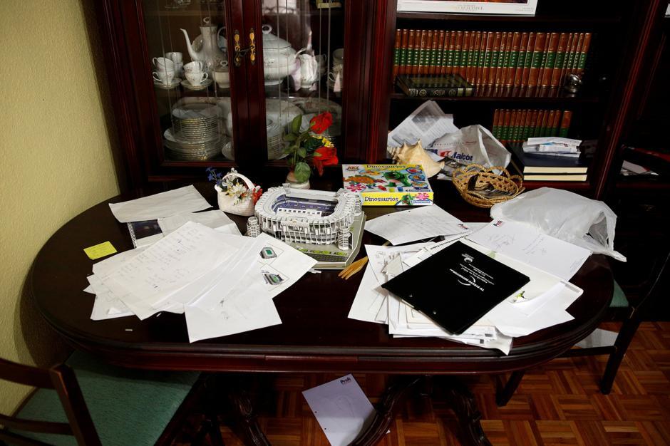 En casa, el hombre tiene una serie de documentos sobre estrategias de juego que le han compartido otros colegas. (Foto: Infobae)