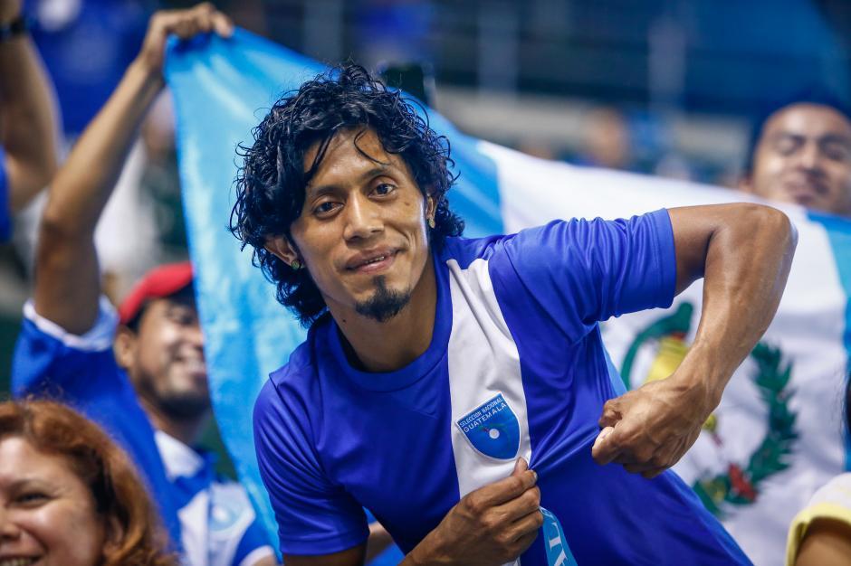 Los guatemaltecos en Estados Unidos apoyando al Azul y Blanco desde muy temprano. (Foto: Álvaro Yol/Nuestro Diario)