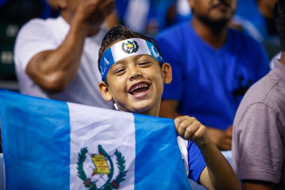 Cientos de aficionados acudieron al estadio para observar el partido entre Guatemala y El Salvador. (Foto: Álvaro Yol/Nuestro Diario)