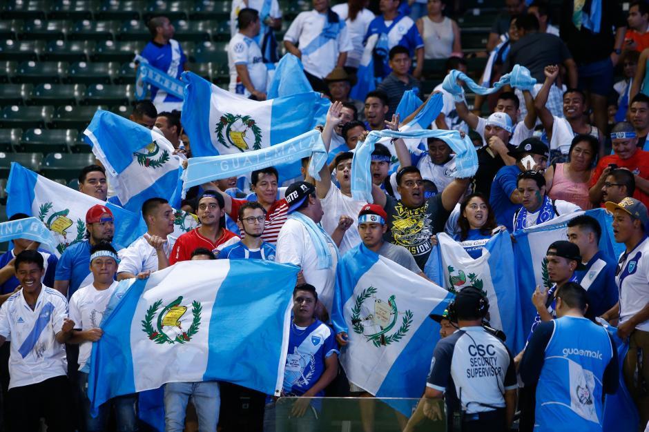 La afición guatemalteca no abandona a la selección de fútbol de su país. (Foto: Álvaro Yol/Soy502)