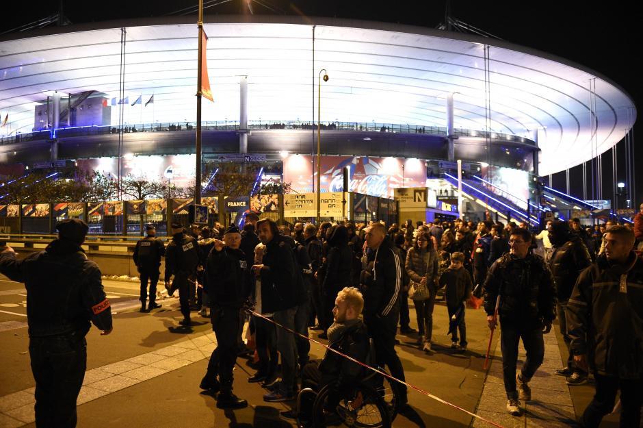 Personas que disfrutaban el encuentro amistoso de fútbol entre las selecciones de Francia y Alemania, son evacuados del estadio. (Foto: AFP)